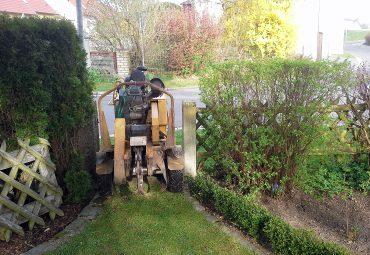 Baumstumpffräse durch schmales Gartentor