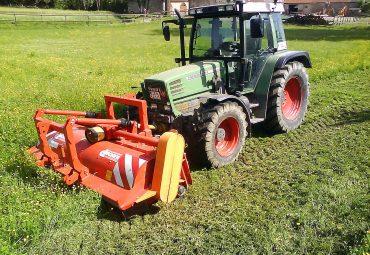 Traktor mit Großflächen-Mulcher